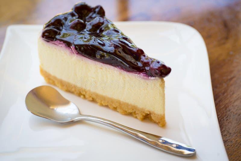 απομονωμένο λευκό πιάτων ανασκόπησης cheesecake στοκ εικόνα με δικαίωμα ελεύθερης χρήσης