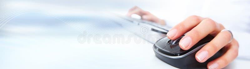 απομονωμένο λευκό ποντικιών υπολογιστών ανασκόπησης χέρι στοκ φωτογραφία με δικαίωμα ελεύθερης χρήσης