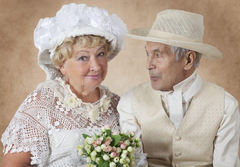 απομονωμένο λευκό πορτρέτου ζευγών ανασκόπησης ηλικιωμένοι στοκ φωτογραφία με δικαίωμα ελεύθερης χρήσης