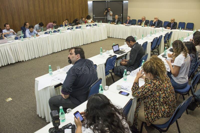 απομονωμένο λευκό Τύπου μικροφώνων ανασκόπησης διάσκεψη στοκ φωτογραφία με δικαίωμα ελεύθερης χρήσης