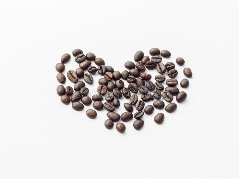 απομονωμένο καρδιά αντικείμενο καφέ φασολιών στοκ εικόνα με δικαίωμα ελεύθερης χρήσης