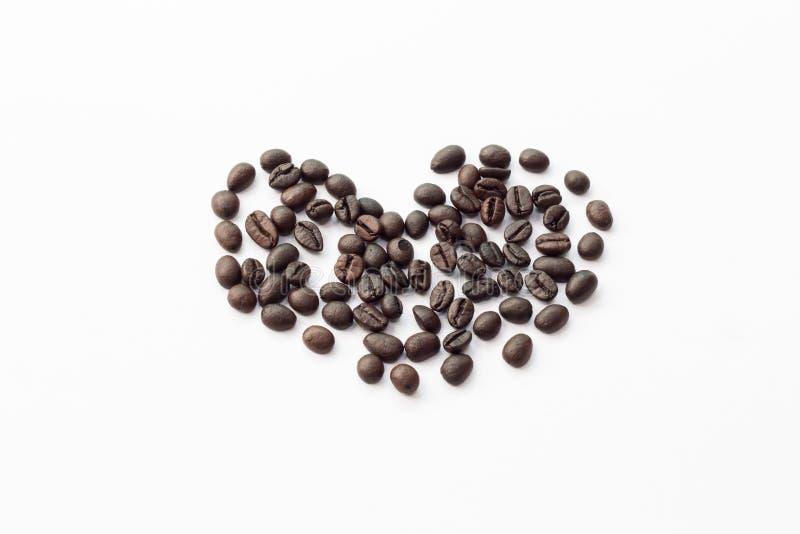 απομονωμένο καρδιά αντικείμενο καφέ φασολιών στοκ φωτογραφία