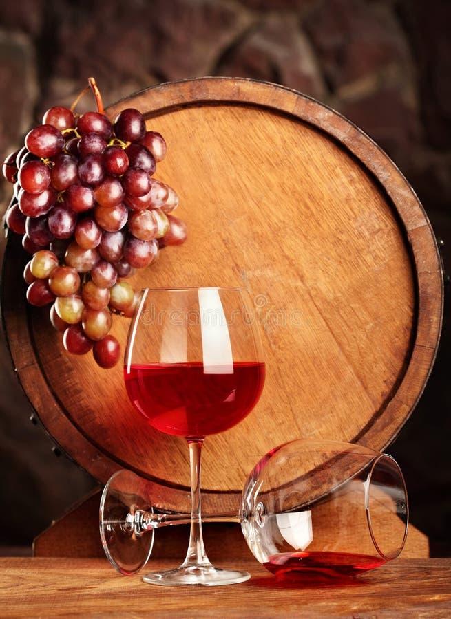 απομονωμένο κρασί waite του OM κόκκινο Ακόμα ζωή με δύο ποτήρια του κόκκινου κρασιού, των σταφυλιών και του βαρελιού Εκλεκτική εσ στοκ εικόνες με δικαίωμα ελεύθερης χρήσης