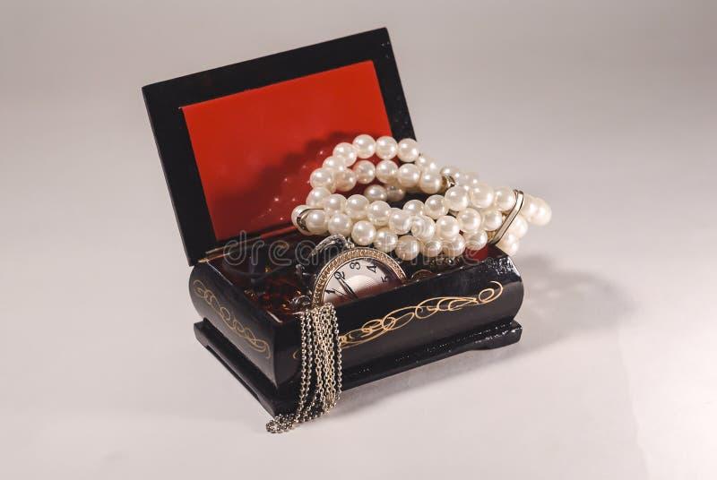 απομονωμένο λευκό κοσμημάτων ανασκόπησης κιβώτιο στοκ εικόνα με δικαίωμα ελεύθερης χρήσης
