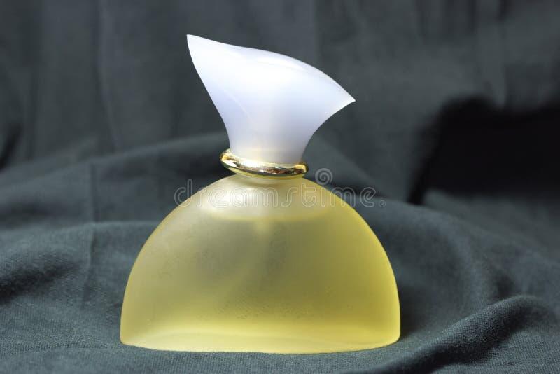 απομονωμένο μπουκάλι άρωμ& στοκ φωτογραφία