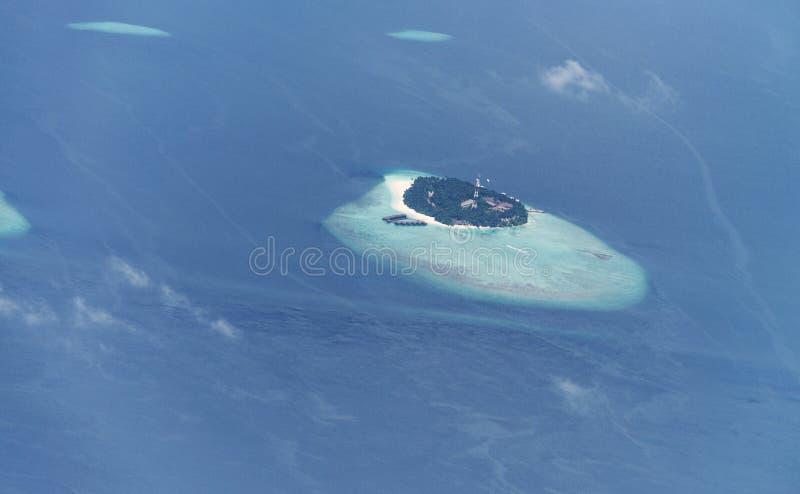 Απομονωμένο νησί στη μέση της ωκεάνιας, εναέριας άποψης στοκ φωτογραφίες με δικαίωμα ελεύθερης χρήσης