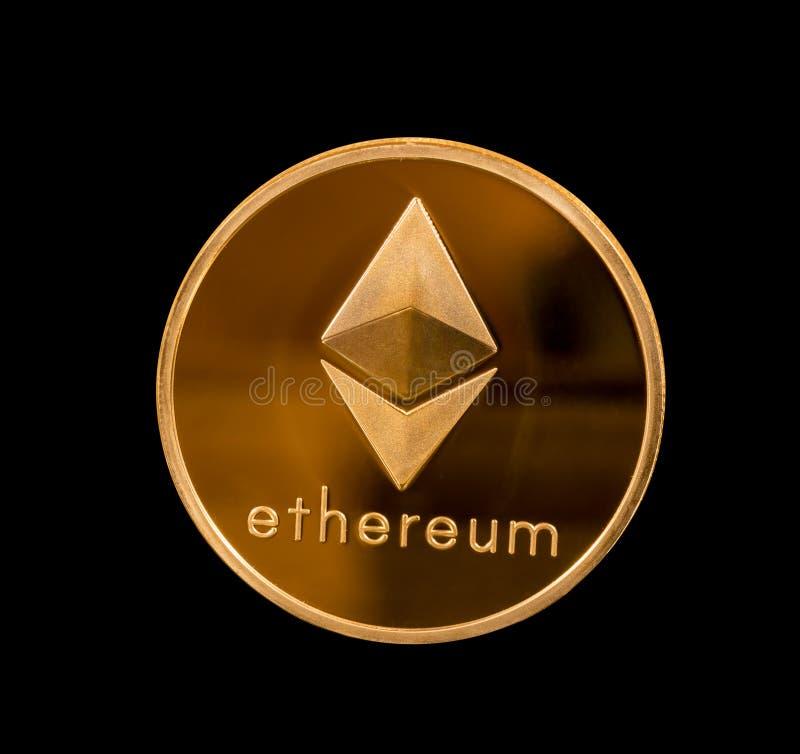 Απομονωμένο νόμισμα αιθέρα ή ethereum με το μαύρο υπόβαθρο στοκ φωτογραφία
