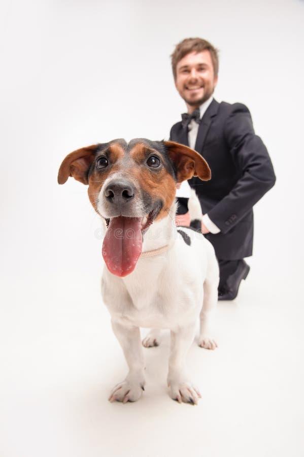 Απομονωμένο πορτρέτο του ιδιοκτήτη με το σκυλί του στοκ φωτογραφία με δικαίωμα ελεύθερης χρήσης