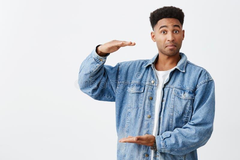 Απομονωμένο πορτρέτο του νέου αστείου σκοτεινός-ξεφλουδισμένου ατόμου με το afro hairstyle στο περιστασιακό άσπρο πουκάμισο κάτω  στοκ φωτογραφία με δικαίωμα ελεύθερης χρήσης