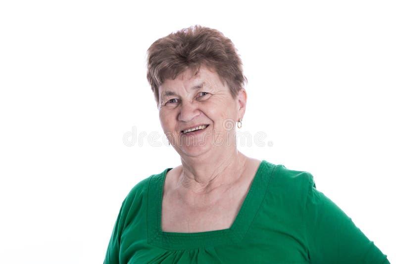 Απομονωμένο πορτρέτο του brunette που χαμογελά την ανώτερη γυναίκα πέρα από το λευκό. στοκ εικόνα με δικαίωμα ελεύθερης χρήσης