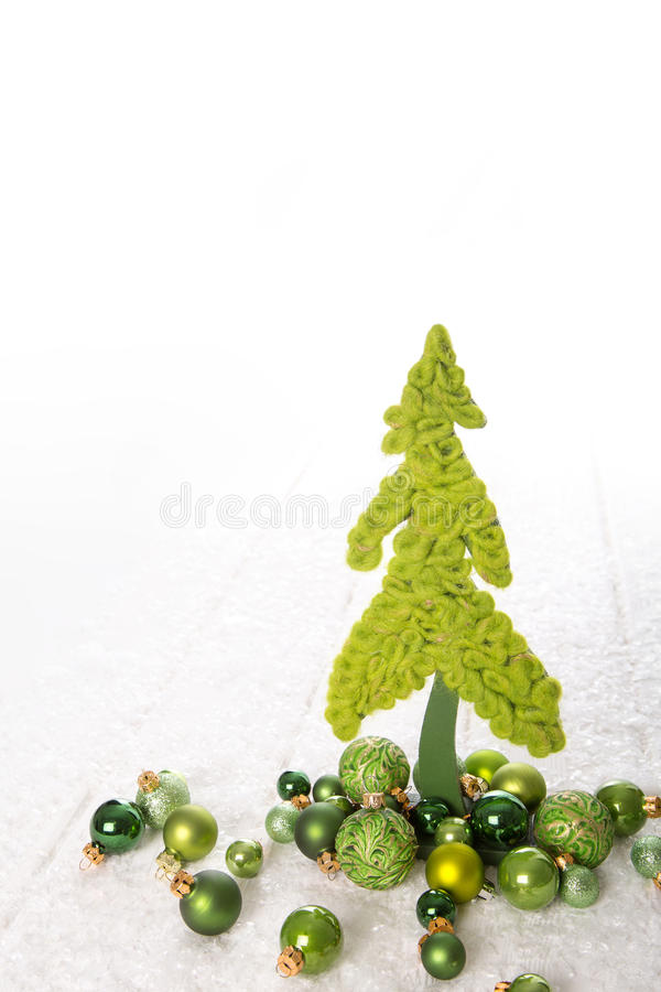 Απομονωμένο πράσινο μήλου χριστουγεννιάτικο δέντρο αισθητός διακοσμημένος με τις σφαίρες στοκ φωτογραφίες με δικαίωμα ελεύθερης χρήσης