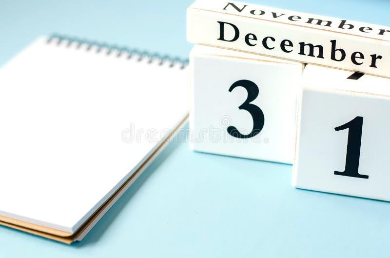 Απομονωμένο σημειωματάριο με ένα ημερολογιακό στις 31 Δεκεμβρίου στοκ εικόνα