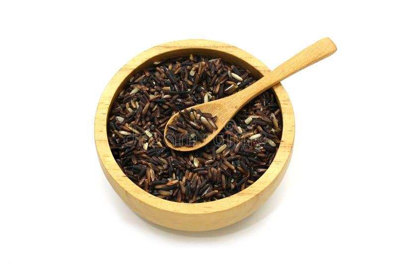 Απομονωμένο jasmine μούρο ρυζιού σε ένα ξύλινο κύπελλο και κουτάλι στο άσπρο υπόβαθρο με το ψαλίδισμα της πορείας στοκ εικόνες