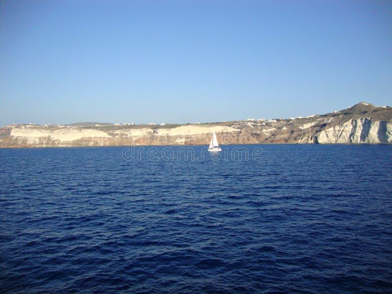 Απομονωμένο sailboat από την ακτή του ελληνικού νησιού Santorini στοκ φωτογραφία με δικαίωμα ελεύθερης χρήσης