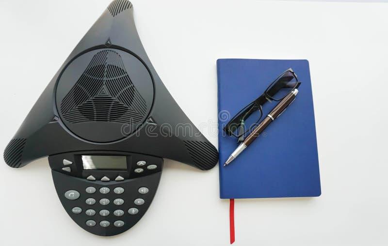 Απομονωμένο voip τηλέφωνο διασκέψεων IP με το σημειωματάριο στοκ φωτογραφίες με δικαίωμα ελεύθερης χρήσης