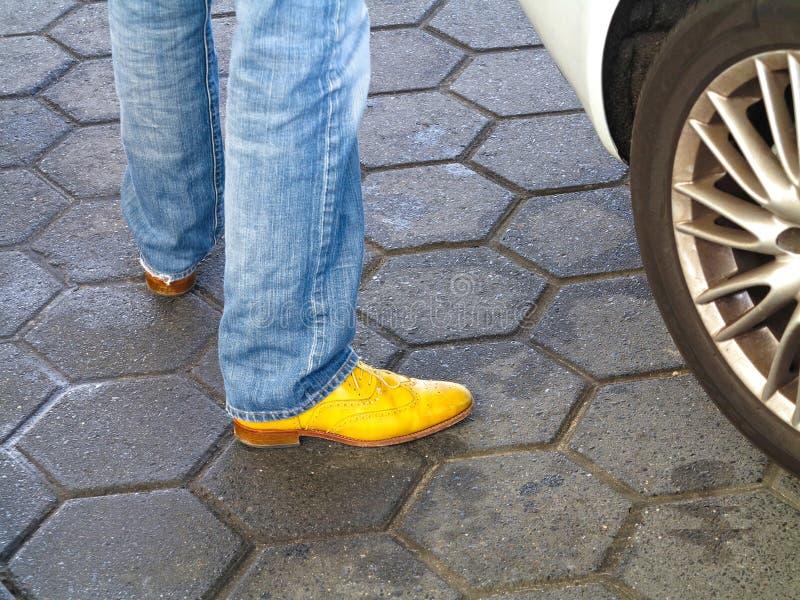 απομονώστε άσπρο κίτρινο παπουτσιών στοκ φωτογραφία