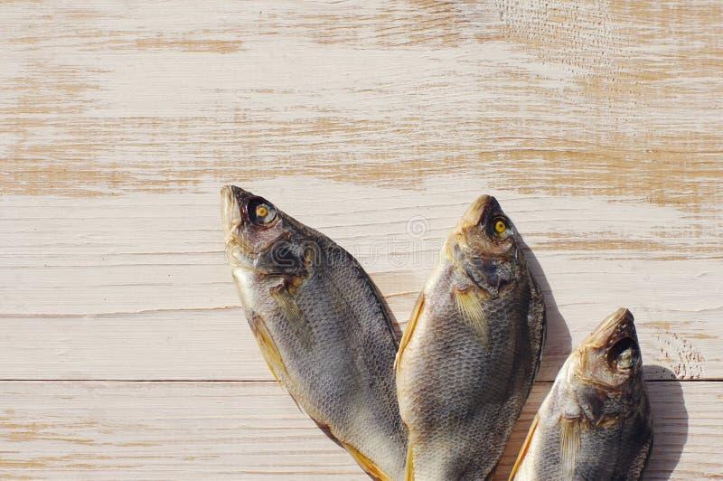 Αποξηραμένα ψάρια στον πίνακα στοκ φωτογραφία με δικαίωμα ελεύθερης χρήσης
