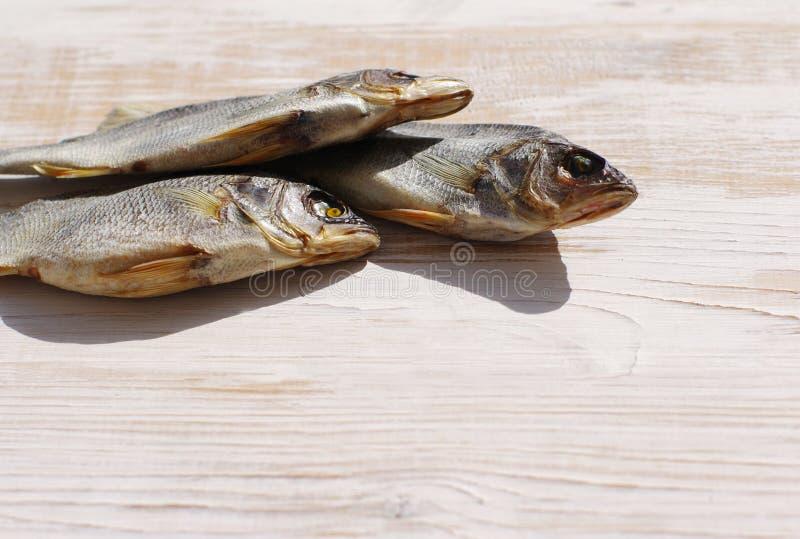 Αποξηραμένα ψάρια στον πίνακα στοκ φωτογραφίες με δικαίωμα ελεύθερης χρήσης