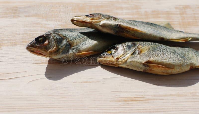 Αποξηραμένα ψάρια στον πίνακα στοκ εικόνες