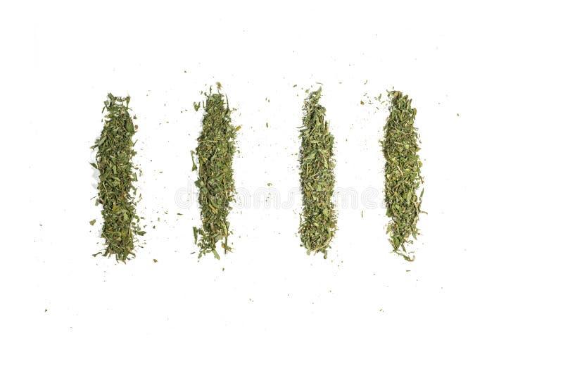 Αποξηραμένοι χάλυβες μαριχουάνας κάνναβης χόρτο, έτοιμοι για αρθρώσεις απομονωμένοι σε λευκό στοκ φωτογραφίες με δικαίωμα ελεύθερης χρήσης