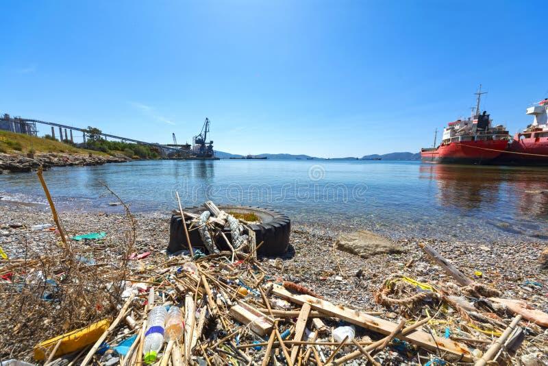 Απορρίματα και απόβλητα σε μια παραλία στοκ φωτογραφία με δικαίωμα ελεύθερης χρήσης