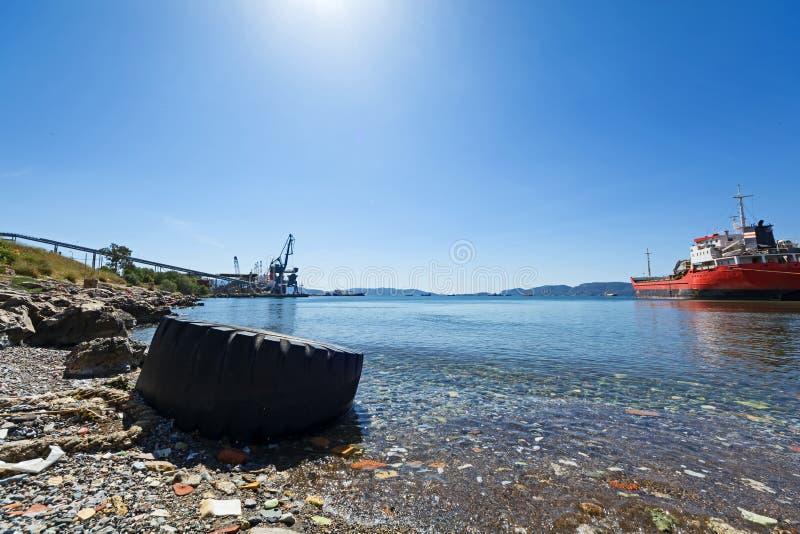 Απορρίματα και απόβλητα σε μια παραλία στοκ φωτογραφία
