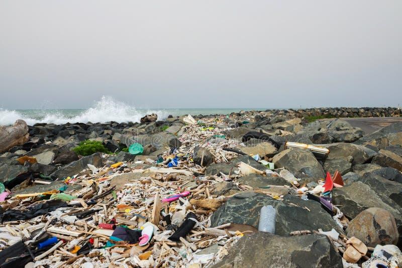 Απορρίματα στην παραλία κοντά στη μεγάλη πόλη Κενά χρησιμοποιημένα βρώμικα πλαστικά μπουκάλια και άλλα απορρίματα r στοκ φωτογραφία