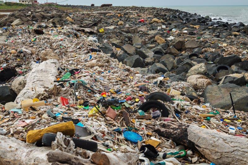 Απορρίματα στην παραλία κοντά στη μεγάλη πόλη Κενά χρησιμοποιημένα βρώμικα πλαστικά μπουκάλια και άλλα απορρίματα r στοκ εικόνες