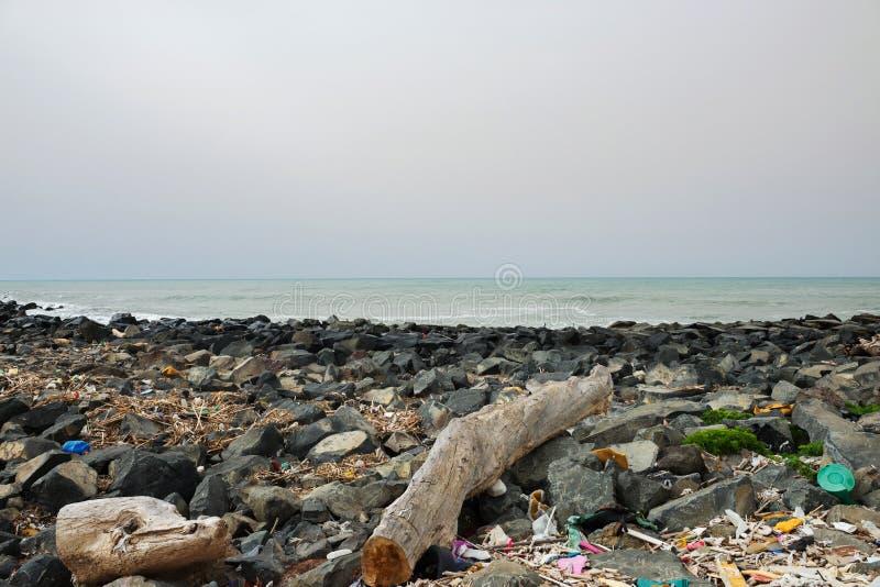 Απορρίματα στην παραλία κοντά στη μεγάλη πόλη Κενά χρησιμοποιημένα βρώμικα πλαστικά μπουκάλια και άλλα απορρίματα r στοκ φωτογραφίες