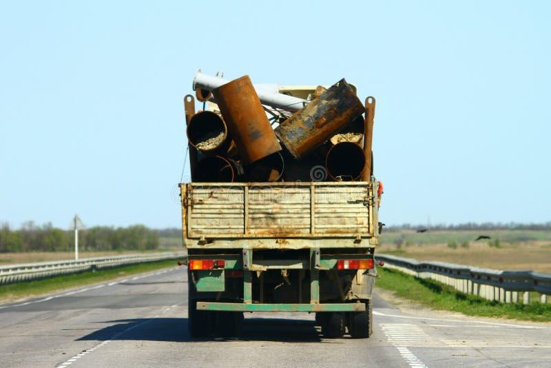 Απορρίματα στο φορτηγό, ατύχημα μεταφορών, επισφαλής μεταφορά της έννοιας μετάλλων στοκ φωτογραφία με δικαίωμα ελεύθερης χρήσης
