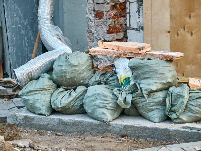 Απορρίματα Contruction στις πράσινες τσάντες στοκ εικόνα με δικαίωμα ελεύθερης χρήσης