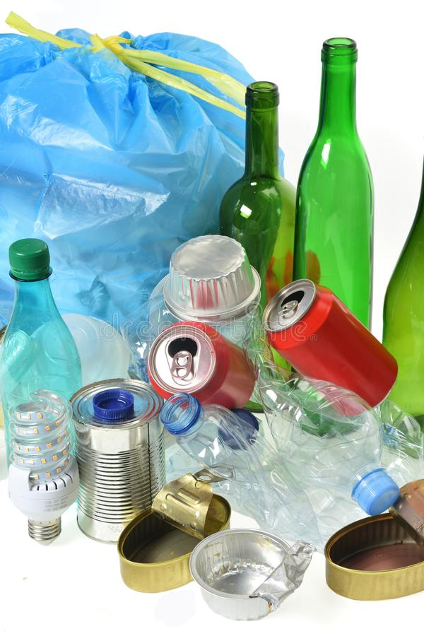 Απορρίμματα για την ανακύκλωση με, τα μπουκάλια γυαλιού, τα δοχεία, το πλαστικούς μπουκάλι και το βολβό στοκ εικόνα