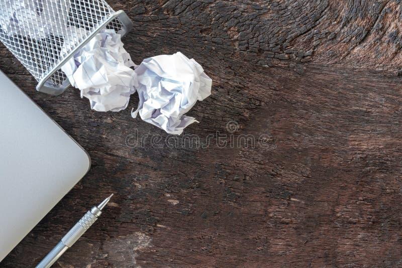 απορρίμματα εγγράφου τσαλακώστε το έγγραφο που πέφτει στο δοχείο ανακύκλωσης, ρίχτηκε στο δοχείο καλαθιών μετάλλων, που ξεχειλίζε στοκ εικόνες με δικαίωμα ελεύθερης χρήσης