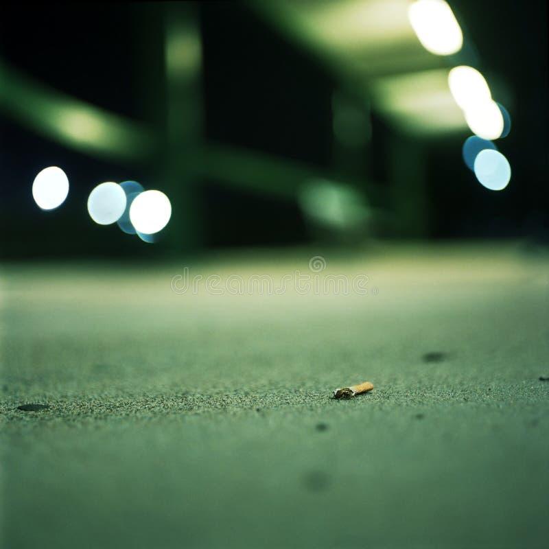 Download Απορριμμένη άκρη τσιγάρων τη νύχτα Στοκ Εικόνες - εικόνα από νικοτίνη, μακροεντολή: 13186962