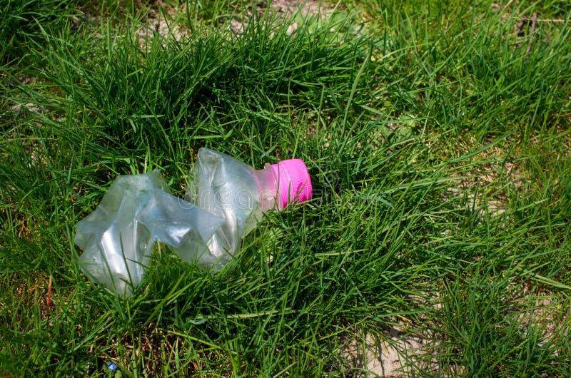 Απορριμμένο πλαστικό μπουκάλι στοκ φωτογραφία