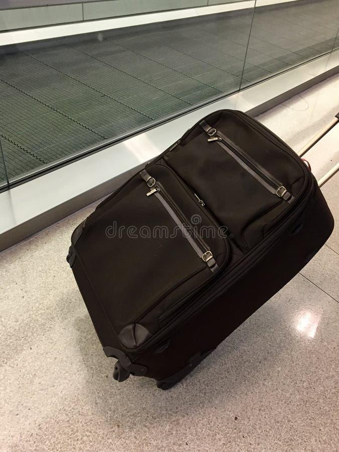 Αποσκευές δίπλα στην κίνηση του πεζοδρομίου στοκ εικόνες με δικαίωμα ελεύθερης χρήσης