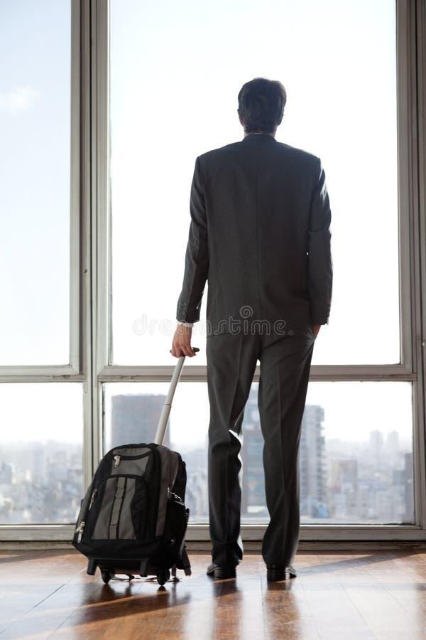 Αποσκευές εκμετάλλευσης επιχειρηματιών στοκ εικόνα