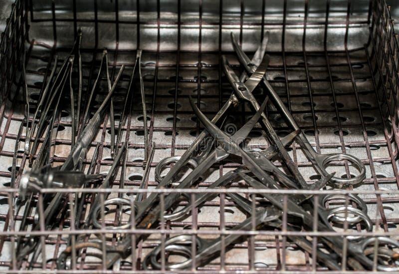 Αποστείρωση των ιατρικών οργάνων Χειρουργικοί ψαλίδι και σφιγκτήρες χάλυβα στοκ φωτογραφία με δικαίωμα ελεύθερης χρήσης