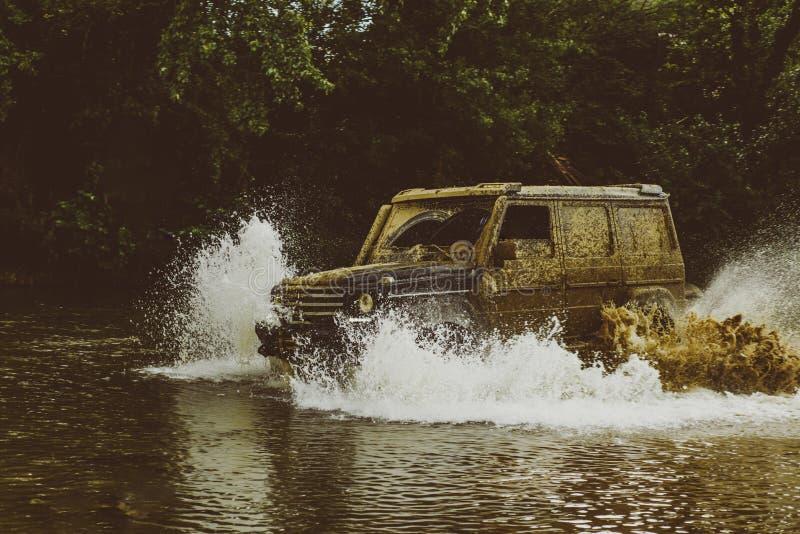 Αποστολή offroader Λάστιχο εγκαυμάτων αγωνιστικών αυτοκινήτων έλξης Το Mudding από-μέσω μιας περιοχής της υγρού λάσπης ή του αργί στοκ φωτογραφίες με δικαίωμα ελεύθερης χρήσης