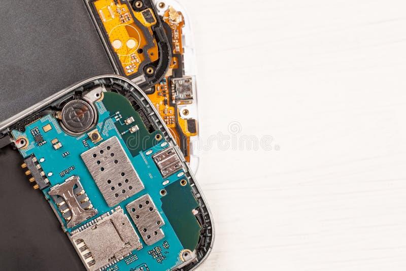 Αποσυντεθειμένα τηλέφωνα κυττάρων και άλλες συσκευές στο κατάστημα επισκευής στοκ εικόνες