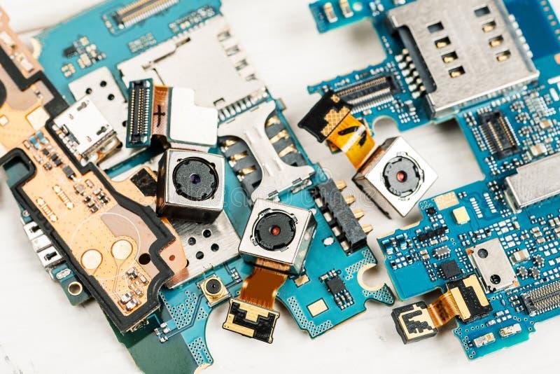 Αποσυντεθειμένα τηλέφωνα κυττάρων και άλλες συσκευές στο κατάστημα επισκευής στοκ φωτογραφίες με δικαίωμα ελεύθερης χρήσης