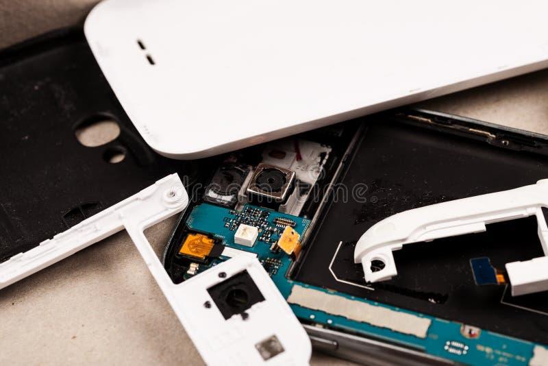 Αποσυντεθειμένα τηλέφωνα κυττάρων και άλλες συσκευές στο κατάστημα επισκευής στοκ εικόνες με δικαίωμα ελεύθερης χρήσης