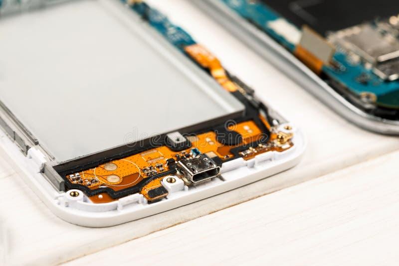 Αποσυντεθειμένα τηλέφωνα κυττάρων και άλλες συσκευές στο κατάστημα επισκευής στοκ εικόνα με δικαίωμα ελεύθερης χρήσης