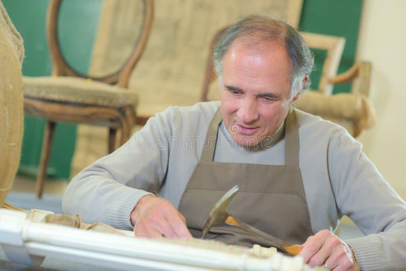 Αποσυρμένη πορτρέτο συνεδρίαση ξυλουργών στο εργαστήριο στοκ εικόνα