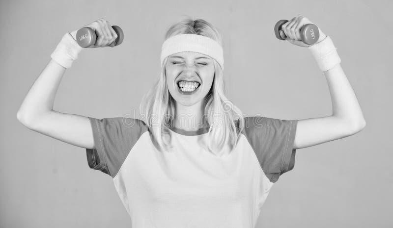 Αποτέλεσμα Workout Λεωφορείο ικανότητας γυναικών που ασκεί με τον αλτήρα Εύκολη άσκηση δικέφαλων μυών Workout με τον αλτήρα Αθλητ στοκ φωτογραφία με δικαίωμα ελεύθερης χρήσης