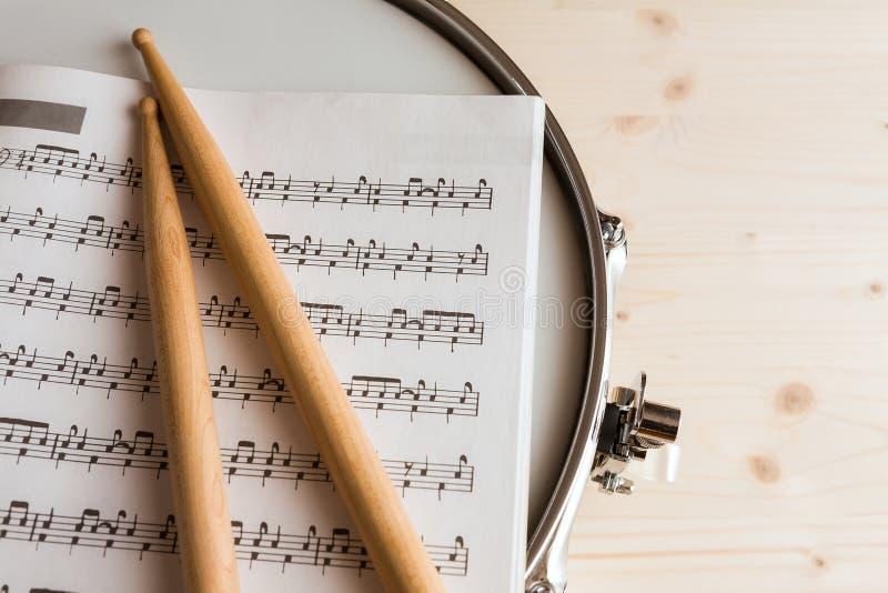 Αποτέλεσμα και τυμπανόξυλα μουσικής πέρα από ένα snare τύμπανο στοκ εικόνες