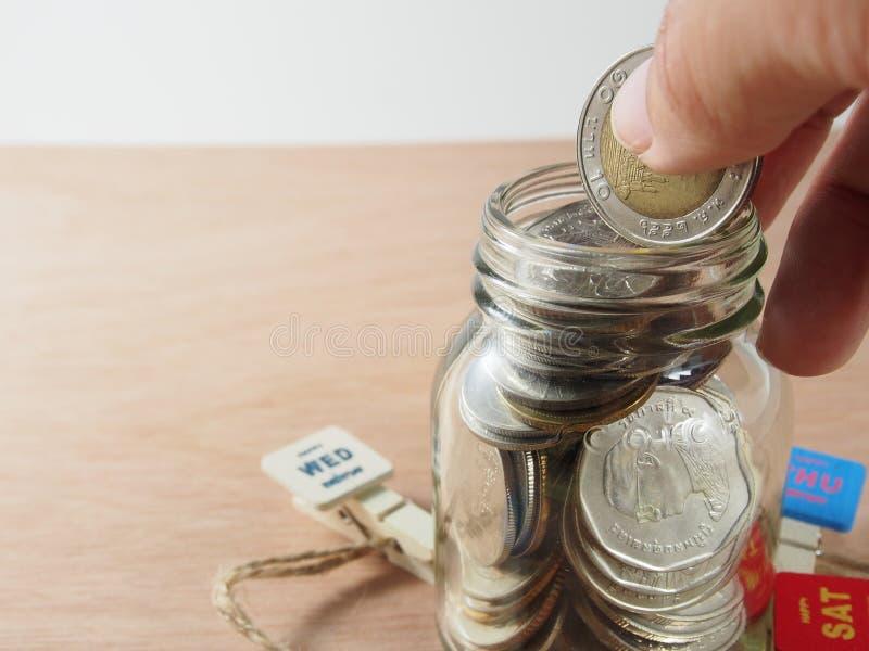 Αποταμίευση, χρήματα συλλογής στο piggy γυαλί τραπεζών στοκ εικόνες