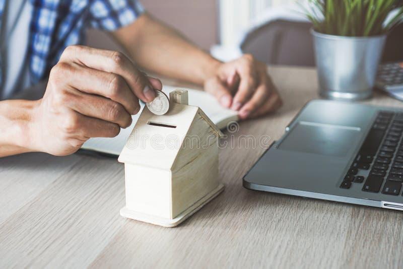 Αποταμίευση χρημάτων για την επένδυση στην ιδιοκτησία στοκ φωτογραφία με δικαίωμα ελεύθερης χρήσης