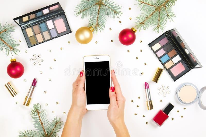 Αποτελέστε θέτει το καλλυντικό με τη διακόσμηση Χριστουγέννων στο άσπρο επίπεδο υποβάθρου βρέθηκε στοκ φωτογραφία