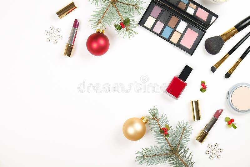 Αποτελέστε θέτει το καλλυντικό με τη διακόσμηση Χριστουγέννων στο άσπρο επίπεδο υποβάθρου βρέθηκε στοκ φωτογραφίες με δικαίωμα ελεύθερης χρήσης
